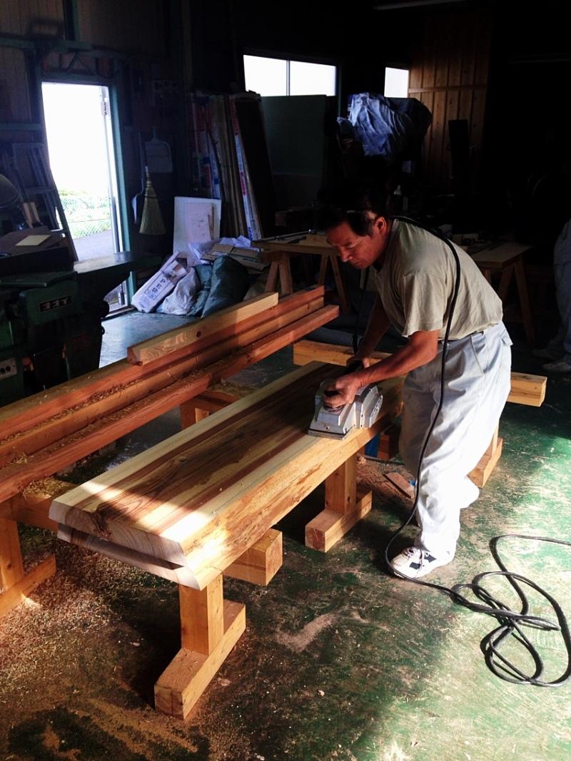 blog_import_550a1ce9d7239 今朝の山のめぐみ舎の工房では、ダイニングテーブルの椅子の制作がすすんでます。