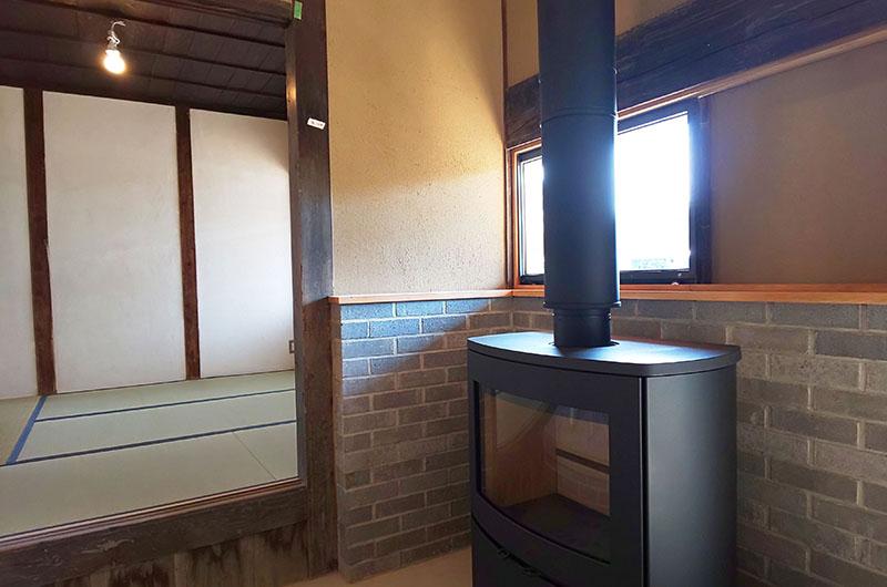 茅葺の古民家再生と薪ストーブのある家05